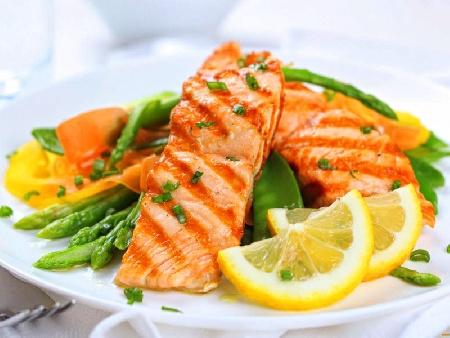 Печена риба сьомга със зелен фасул и портокалов сос на скара или грил тиган - снимка на рецептата